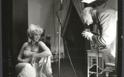 beaton_photographing_monroe_by_ed_pfizenmaier
