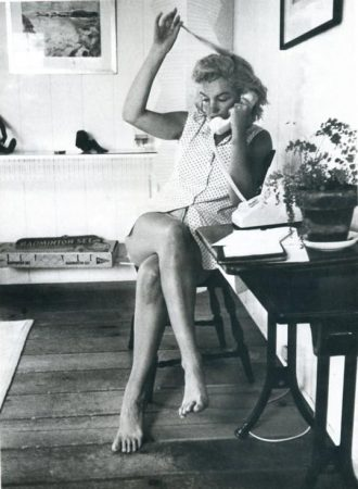 Marilyn at her Amagansett summer home in 1957. Pjoto by Sam Shaw