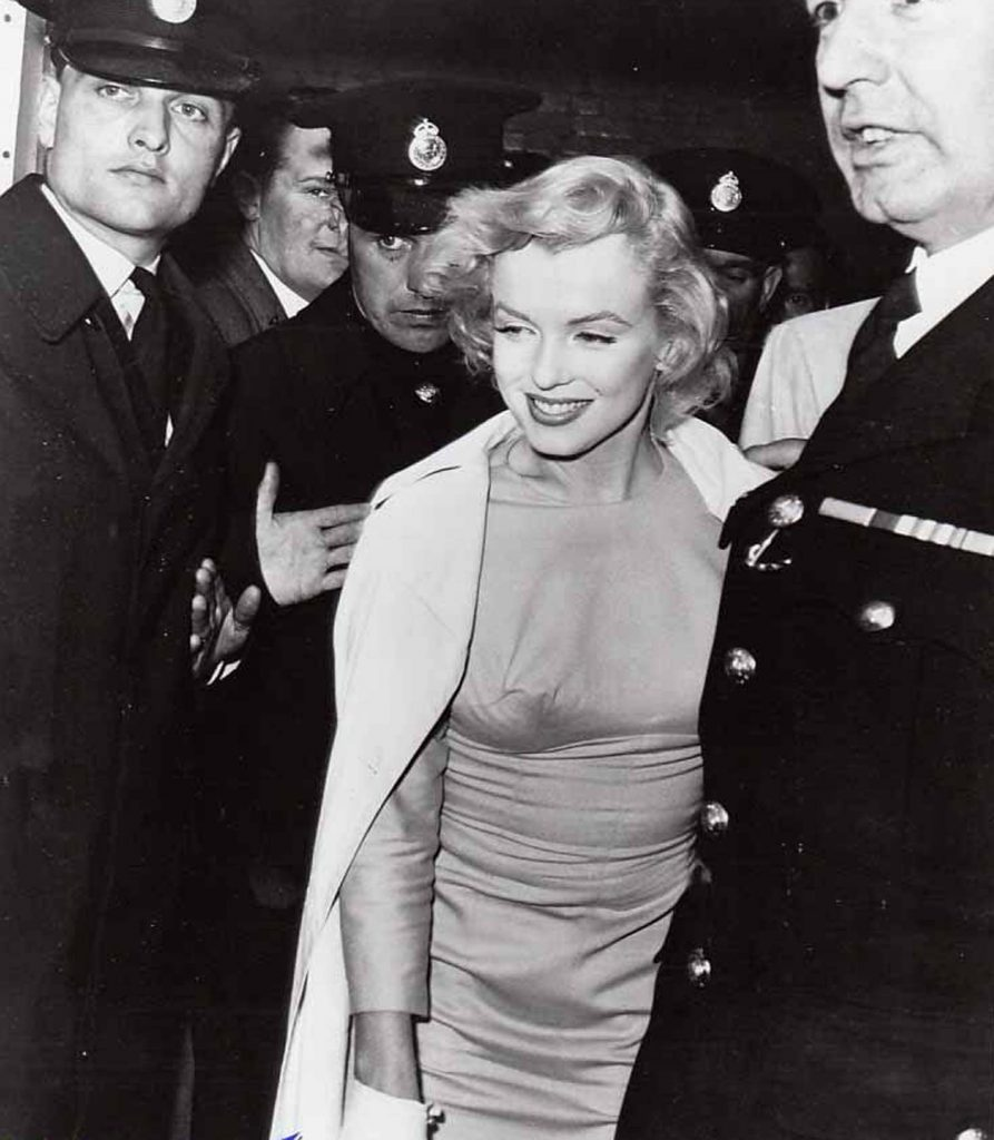 Marilyn arrives in London, 1956
