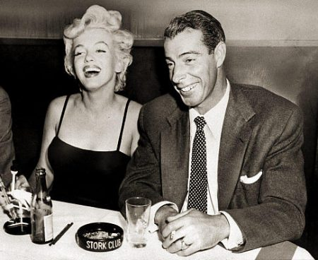 Marilyn dines with husband Joe DiMaggio (1954)